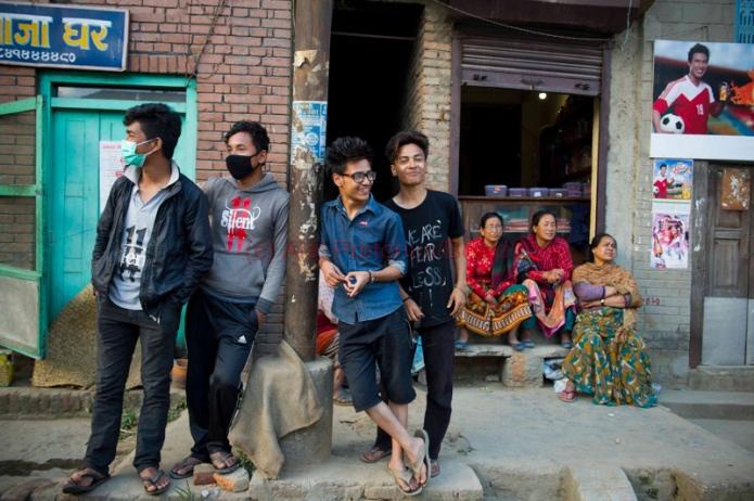 020515w NUUS BEELD In Kathmandu gaan die lewe aan ten spyte van die aardbewing.  Baie geboue en huise is vernietig maar die grootste skade is in die gemeenskappe in die berge.  Die area is baie onbegaanbaar en dit kan dae se stap vat om te kom by vervoer.  Mense vermoed dat baie beseerdes eers later in Kathmandu gaan aankom.  foto:  Alet Pretorius NUUS-NOORD storie:  Erika Gibson