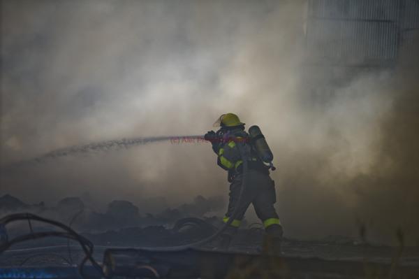 160615w NUUS BEELD n Brand het Dinsdagmiddag by die Waltloo-depot in Silverton, Pretoria, waar onder andere brandstof en voertuie gestoor word, uitgebreek. Volgens Johan Pieterse,  woordvoerder van die Tshwane-nooddienste, het motorbande en van die stadsraad se groen asblikke omstreeks 14:00 die middag aan die brand geslaan.  Die bande en asblikke word buite aan die kant van 'n oop veld langs die depot se geboue gestoor.   Die Tshwane-nooddienste se brandbestryders het gespook om te keer dat die vlamme die depot se geboue bereik.     Swart rookwolke was kilometers ver sigbaar.  'n Skare mense het aan weerskante van die pad saamgedrom.   Pieterse het gesê die oorsaak van die brand was waarskynlik weens 'n veldbrand wat oor die palissade-heining gespring het.   Die metro se diensvoertuie, elektriese toerusting en brandstof word by die depot gestoor.  Daar is ook 'n vulstasie en 'n gasstoor op die depot se gronde, wat 'n groot brandgevaar inhou.    Die brand was teen omstreeks 16:00 onder beheer.    foto:  alet Pretorius NUUS-NOORD storie:  Leanne George