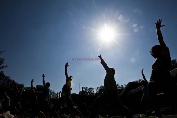 210615w NUUS BEELD Yoga at the Fort wat saterdag by Fort Schansckop by die Voortrekker monument gehou is met 'n DJ wat musiek gespeel het.  Sowat 30 mense het deelgeneem.  Eon Swiegers was die instrukteur.  foto:  Alet Pretorius NUUS-NOORD storie:  Seugnet van Zyl