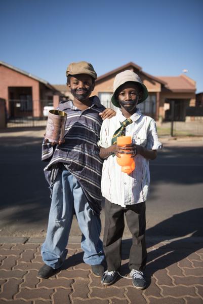 061115w NUUS BEELD Guy Fawkes in Soweto.  Die dag word gevier deur die kinders van Soweto deur aan te trek soos groot mense en te sing Penny for the Guy Fawkes. Mbali Moalusi (9) en Nonhlanhla Simelane (8). foto:  Alet Pretorius storie:  Pieter Steyn