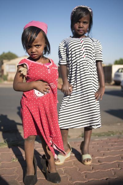 061115w NUUS BEELD Guy Fawkes in Soweto.  Die dag word gevier deur die kinders van Soweto deur aan te trek soos groot mense en te sing Penny for the Guy Fawkes. Samu Zuma (3) en Nombuleno Zuma (7).    foto:  Alet Pretorius storie:  Pieter Steyn