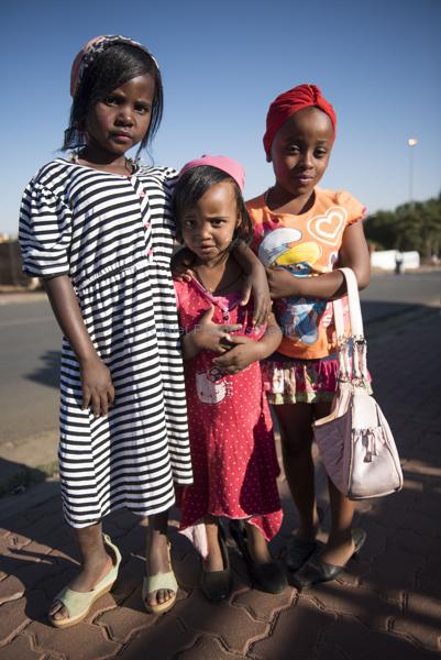 061115w NUUS BEELD Guy Fawkes in Soweto.  Die dag word gevier deur die kinders van Soweto deur aan te trek soos groot mense en te sing Penny for the Guy Fawkes. Samu Zuma (3) en Nombuleno Zuma (7) en Mathabo Ramatla (8) foto:  Alet Pretorius storie:  Pieter Steyn