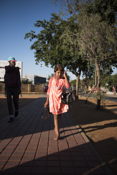 061115w NUUS BEELD Guy Fawkes in Soweto.  Die dag word gevier deur die kinders van Soweto deur aan te trek soos groot mense en te sing Penny for the Guy Fawkes.  Phunolo Letseko  (10). foto:  Alet Pretorius storie:  Pieter Steyn
