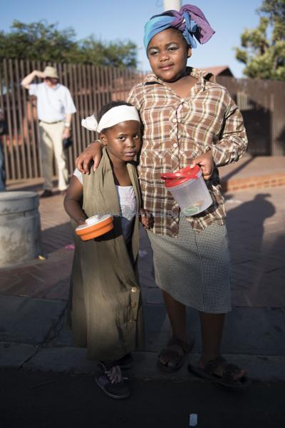 061115w NUUS BEELD Guy Fawkes in Soweto.  Die dag word gevier deur die kinders van Soweto deur aan te trek soos groot mense en te sing Penny for the Guy Fawkes. Londiwe Lakage (4) en Pearly Baloyi (9)  foto:  Alet Pretorius storie:  Pieter Steyn